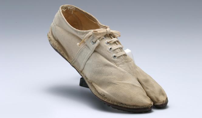 1953年、初めて登場したマラソン足袋。試作品に手直しを加えてソールにラバーを装着しているのも特徴