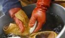 [NIPPON MADEシリーズのこだわり]仕上がりをイメージして、手で揉みながら、ねじりながら、お湯で洗っていく