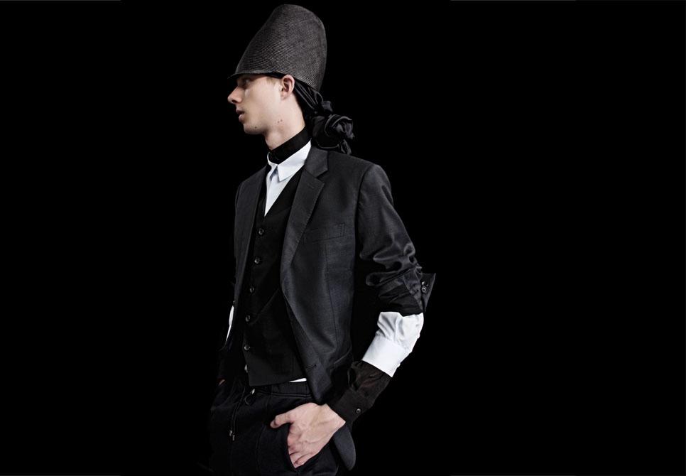 ジャケット 11万250円、ベスト 6万3000円、中に着たシャツ 4万4100円、シャツ 3万9900円、パンツ、ハット、スカーフ すべて参考商品