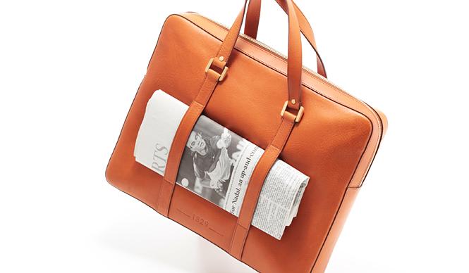 """「デルボー」から新作メンズバッグ""""Newspaper Bag""""登場"""
