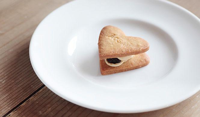 AOSAN|アオサン ハート型の「レーズンサンド」は、ラム酒のきいたレーズン入りのバタークリームをクッキー生地でサンドしたもの。ちょっとしたプレゼントにも最適だ。焼き上がり予定時間 10:00 1個150円