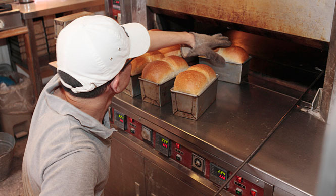 AOSAN|アオサン 焼き上がったイギリス食パンを、つぎつぎにオーブンから出す。「早さが勝負です」と奥田さん。