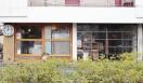 AOSAN|アオサン 看板を掲げない店舗は、大きな丸時計と向かいの公園が目印。通りからは、ガラス張りの厨房でパンを焼くようすが見られる。店内には、小さなカフェスペースも。