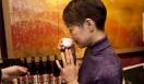 きき酒師チズコ|日本酒ソムリエ US版『料理の鉄人』、「IRON CHEF AMERICA」の審査員で、ニューヨークではフーディーズにも有名人のフードジャーナリスト片山晶子さん。しっかり「滉」の燗を味わっています。大変おいしいと言っていただきました!