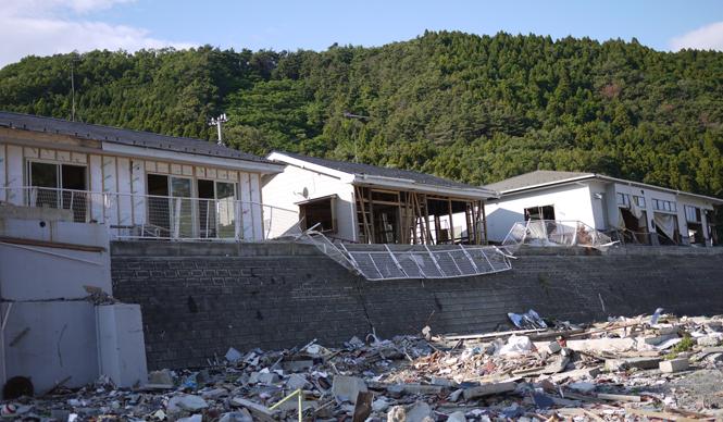 松浦俊夫 from TOKYO MOON 7月3日 ON AIR 宮城県・女川へ向かう道路沿いの家屋。津波によって家財道具すべてが流されている。