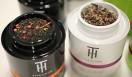 THE Ô DOR|テオドー 左から、紅茶葉をベースにブレンド・香りづけした「フレーバードブラックティー」、厳選したノンフレーバードのさまざまな種類のお茶「プレーンティー」