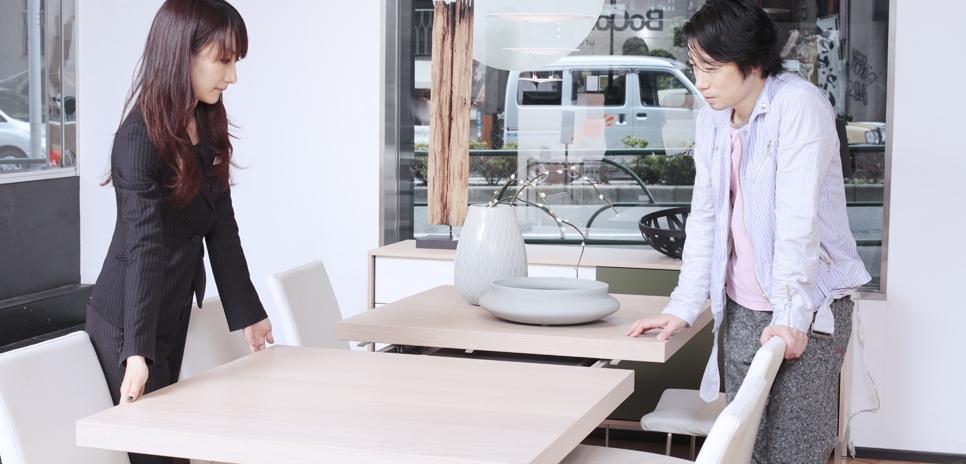 BoConcept|ボーコンセプト インテリアコーディネイターの靏田(つるた)有紀さんの説明を受ける谷尻氏