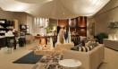 """Cassina ixc. カッシーナ・イクスシー 1階は、さすらう遊牧民の""""ノマド""""をイメージソースとし、リビング・ダイニングルームからベッドルーム、バスルームまでをひとつづきの空間に配置し、各種雑貨類を高い密度で飾りつけている。"""