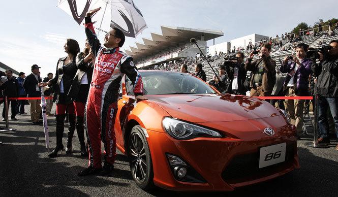 TOYOTA 86 トヨタ 86 86をドライブしながら登場した豊田章男社長。