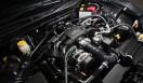 TOYOTA 86 トヨタ 86 トヨタ86のボンネットを開けると、ボクサーエンジンが予想以上に低いところに積まれていることにおどろく。もともと天地が薄い水平対向エンジンの美点にくわえ、4WDを排しFRに特化することで、さらに搭載位置を下げることが可能となった。トヨタ86は、世に数多あるリッチなスポーツカーに負けない、低重心モデルなのだ。
