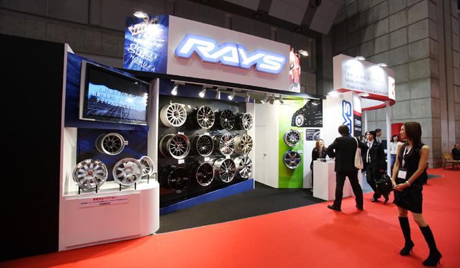 第42回東京モーターショー2011|渡辺敏史と清水久美子がいく 部品ブースウォッチング RAYS WHEELSのブース