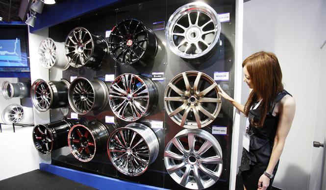 第42回東京モーターショー2011 渡辺敏史と清水久美子がいく 部品ブースウォッチング  GT-Rのホイール