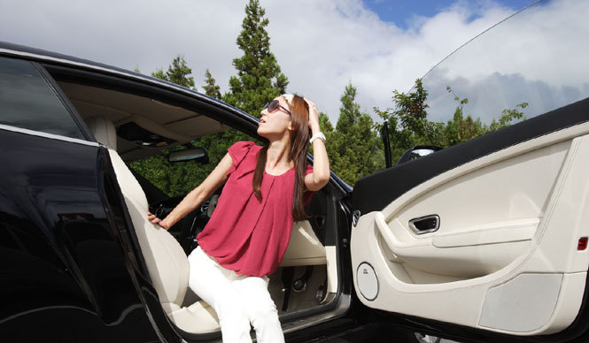 BENTLEY|ベントレー 最新サルーン&クーペにOPENERSブロガー清水久美子が試乗! コンチネンタル GTと清水久美子さん。