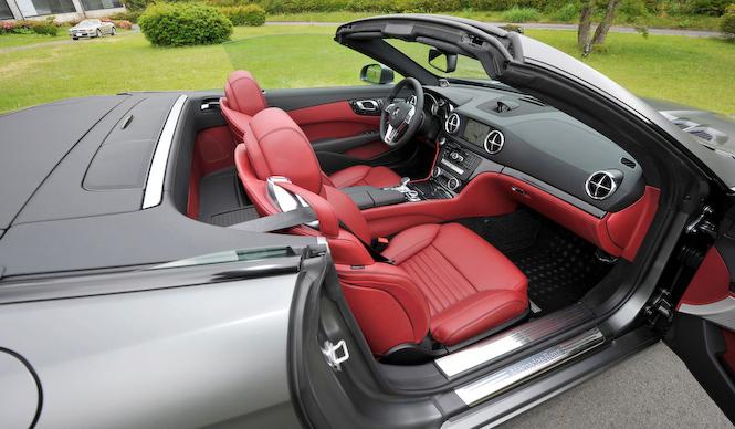 Mercedes-Benz SL550 BlueEFFICIENCY|メルセデス・ベンツSL550ブルーエフィシエンシー試乗車のインテリアにはフルレザーパッケージ(50万円)と、バング&オルフセンのオーディオ(50万円)が装着されていた