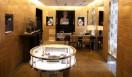 LOUIS VUITTON│ルイ・ヴィトン 壁面を彩る明るい色調のローズウッド製パネルやシガーブラウンのハバナレザーなど、シンプルでありながらもあたたかみが感じられる空間。テレジタ・フェルナンデス、ファハド・モシリ、ラシッド・ラナによる現代アートの3作品がサロンに飾られる©LOUIS VUITTON