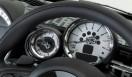 HOTEI x MINI Coupe Roadster|布袋寅泰×ミニ・ロードスタータコメーターの針は、布袋氏のギターを模している。左にある、屋根を開けている時間を計測する「オールウェイズ・オープン・タイマー」の針もギターだ