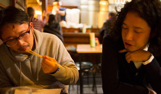 角田陽太|東京浪漫酒場 三軒茶屋「久仁」 角田陽太(右)。お酒がすすむと話もすすむ