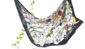 6800344d8e24 色とりどりの花や昆虫が描かれたデザインは、その後長きにわたって多くの女性に愛されるグッチのアイコンとなったのはご存知の通り。2005年春夏コレクションでは、  ...
