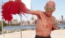 """映画の冒頭で、80歳になった「ギューちゃん」こと有司男が、彼の代名詞ともいえる""""ボクシング・ペインティ�"""