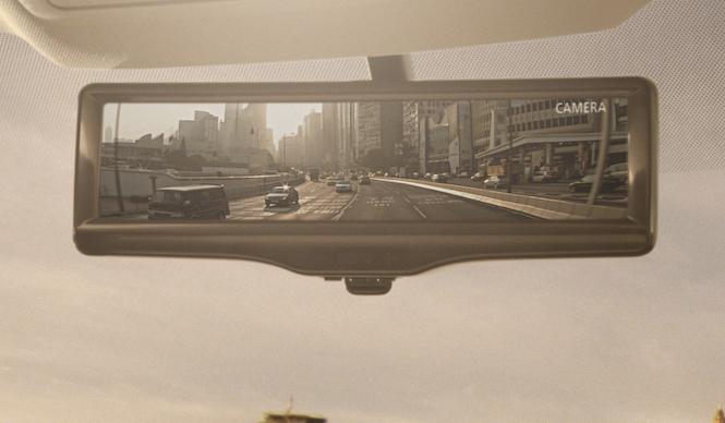 日産、鏡とカメラを併用するルームミラーを発表|Nissan