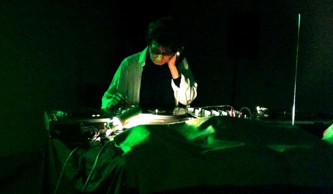 阿木譲│AGI Yuzuru レコードプロデューサー、エディター、音楽評論家,DJ。1946年4月14日、大阪府生まれ。1976年に『rock magazine』を創刊、1978年に自主制作レーベル「Vanity」を設立。尖端音楽愛好家から熱狂的な支持を獲得。2013年12月に秋山伸とアートジン『0g』を創刊。