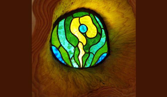 森の学校|C.W.ニコル 最上階の小屋には樹木、土、火をイメージしたステンドグラスも