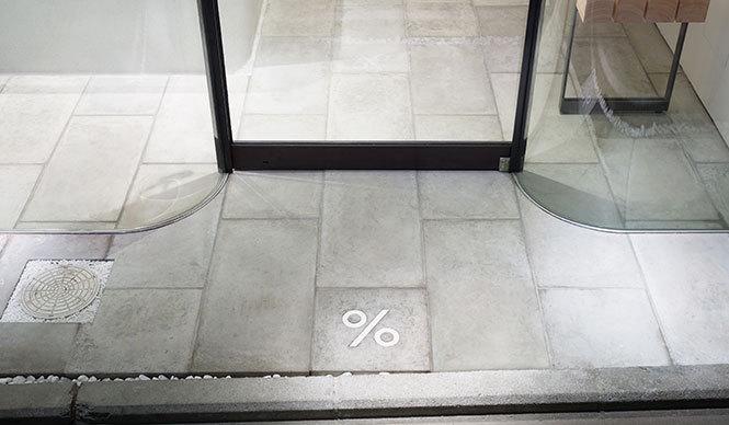 入口には店名につく%の記号が施されている photo Takumi Ota