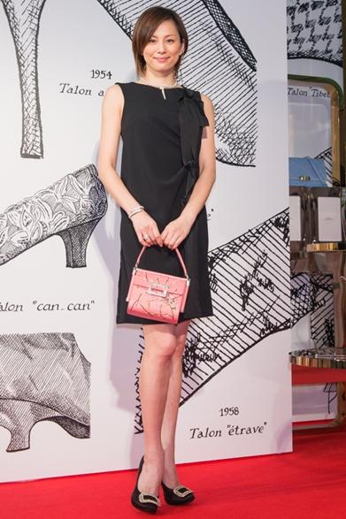黒ドレスにピンクのバッグを持った米倉涼子