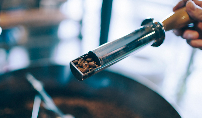 1. THE DECK COFFEE&PIE(千駄ヶ谷)  感度の高い男女が再注目している、千駄ヶ谷。話題のエリアで一息つくのにピッタリな、自家焙煎コーヒーとパイの店「THE DECK COFFEE&PIE」  <焙煎士> 宮下敦|MIYASHITA Atsushi 2008年、奈良「Bar Cauda(バールカウダ)」にて、代表・バリスタ杉坂氏に師事。2013年、SCAJ認定コーヒーマイスター取得。2014年、「THE DECK COFFEE&PIE」にて焙煎士(バリスタ)として着任。 <焙煎機のある店> THE DECK COFFEE&PIE 営業時間|平日 10:00~20:00、土曜・日曜・祝日 11:00~19:00 定休日|不定 住所|東京都渋谷区千駄ヶ谷3-53-17 1F Free Peddler Market内 Tel. 03-3478-6855 http://fpm.bz/  <編集メモ> ・常時おいている珈琲豆 8種類 ・珈琲豆の価格帯 670円~820円/100グラム ・店内での試飲 不可(飲食メニューあり)