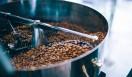 1. THE DECK COFFEE&PIE(千駄ヶ谷)  店内では巨大ロースターがどっしりと存在感を放ち、コーヒーがライフスタイルの重要な一部であることを再認識した  <焙煎士> 宮下敦|MIYASHITA Atsushi 2008年、奈良「Bar Cauda(バールカウダ)」にて、代表・バリスタ杉坂氏に師事。2013年、SCAJ認定コーヒーマイスター取得。2014年、「THE DECK COFFEE&PIE」にて焙煎士(バリスタ)として着任。 <焙煎機のある店> THE DECK COFFEE&PIE 営業時間|平日 10:00~20:00、土曜・日曜・祝日 11:00~19:00 定休日|不定 住所|東京都渋谷区千駄ヶ谷3-53-17 1F Free Peddler Market内 Tel. 03-3478-6855 http://fpm.bz/  <編集メモ> ・常時おいている珈琲豆 8種類 ・珈琲豆の価格帯 670円~820円/100グラム ・店内での試飲 不可(飲食メニューあり)