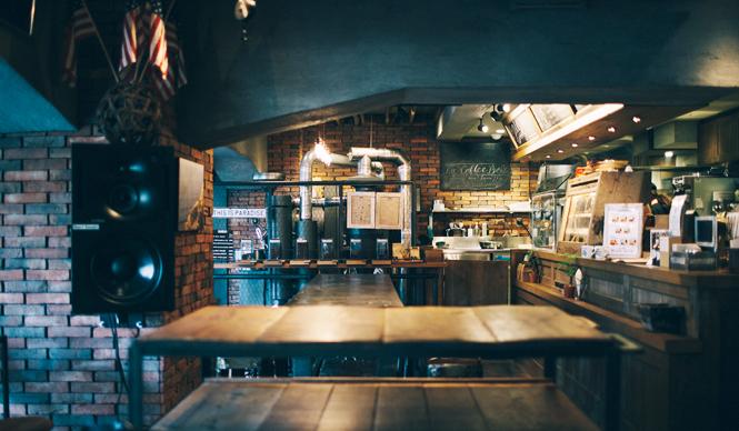 1. THE DECK COFFEE&PIE(千駄ヶ谷)  開放的なウッドデッキに加え、温もりのあるレンガ壁、味わい深いユーズド家具など、ここが日本だということを忘れてしまいそうな店内  <焙煎士> 宮下敦|MIYASHITA Atsushi 2008年、奈良「Bar Cauda(バールカウダ)」にて、代表・バリスタ杉坂氏に師事。2013年、SCAJ認定コーヒーマイスター取得。2014年、「THE DECK COFFEE&PIE」にて焙煎士(バリスタ)として着任。 <焙煎機のある店> THE DECK COFFEE&PIE 営業時間|平日 10:00~20:00、土曜・日曜・祝日 11:00~19:00 定休日|不定 住所|東京都渋谷区千駄ヶ谷3-53-17 1F Free Peddler Market内 Tel. 03-3478-6855 http://fpm.bz/  <編集メモ> ・常時おいている珈琲豆 8種類 ・珈琲豆の価格帯 670円~820円/100グラム ・店内での試飲 不可(飲食メニューあり)