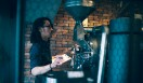 1. THE DECK COFFEE&PIE(千駄ヶ谷)  特注の大型ロースターを操る焙煎士、宮下敦さん  <焙煎士> 宮下敦|MIYASHITA Atsushi 2008年、奈良「Bar Cauda(バールカウダ)」にて、代表・バリスタ杉坂氏に師事。2013年、SCAJ認定コーヒーマイスター取得。2014年、「THE DECK COFFEE&PIE」にて焙煎士(バリスタ)として着任。 <焙煎機のある店> THE DECK COFFEE&PIE 営業時間|平日 10:00~20:00、土曜・日曜・祝日 11:00~19:00 定休日|不定 住所|東京都渋谷区千駄ヶ谷3-53-17 1F Free Peddler Market内 Tel. 03-3478-6855 http://fpm.bz/  <編集メモ> ・常時おいている珈琲豆 8種類 ・珈琲豆の価格帯 670円~820円/100グラム ・店内での試飲 不可(飲食メニューあり)