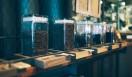 1. THE DECK COFFEE&PIE(千駄ヶ谷)  冬はしっかりした苦みを、と表現されたブレンド(Sサイズ370円)や、コクと苦味が際立つインドネシアの豆「マンデリン レイク タワール」(Sサイズ420円)など、季節に沿ったおすすめも  <焙煎士> 宮下敦|MIYASHITA Atsushi 2008年、奈良「Bar Cauda(バールカウダ)」にて、代表・バリスタ杉坂氏に師事。2013年、SCAJ認定コーヒーマイスター取得。2014年、「THE DECK COFFEE&PIE」にて焙煎士(バリスタ)として着任。 <焙煎機のある店> THE DECK COFFEE&PIE 営業時間|平日 10:00~20:00、土曜・日曜・祝日 11:00~19:00 定休日|不定 住所|東京都渋谷区千駄ヶ谷3-53-17 1F Free Peddler Market内 Tel. 03-3478-6855 http://fpm.bz/  <編集メモ> ・常時おいている珈琲豆 8種類 ・珈琲豆の価格帯 670円~820円/100グラム ・店内での試飲 不可(飲食メニューあり)
