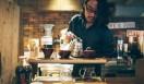 1. THE DECK COFFEE&PIE(千駄ヶ谷)  宮下さんがドリップで淹れてくれたのは、個人的にも一番好きだという豆、焙煎後1日寝かしたエチオピアの「ウォッシュドモカ」(Sサイズ420円)  <焙煎士> 宮下敦|MIYASHITA Atsushi 2008年、奈良「Bar Cauda(バールカウダ)」にて、代表・バリスタ杉坂氏に師事。2013年、SCAJ認定コーヒーマイスター取得。2014年、「THE DECK COFFEE&PIE」にて焙煎士(バリスタ)として着任。 <焙煎機のある店> THE DECK COFFEE&PIE 営業時間|平日 10:00~20:00、土曜・日曜・祝日 11:00~19:00 定休日|不定 住所|東京都渋谷区千駄ヶ谷3-53-17 1F Free Peddler Market内 Tel. 03-3478-6855 http://fpm.bz/  <編集メモ> ・常時おいている珈琲豆 8種類 ・珈琲豆の価格帯 670円~820円/100グラム ・店内での試飲 不可(飲食メニューあり)