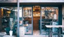 1. THE DECK COFFEE&PIE(千駄ヶ谷)  店の外には開放的なオープンデッキも   <焙煎士> 宮下敦|MIYASHITA Atsushi 2008年、奈良「Bar Cauda(バールカウダ)」にて、代表・バリスタ杉坂氏に師事。2013年、SCAJ認定コーヒーマイスター取得。2014年、「THE DECK COFFEE&PIE」にて焙煎士(バリスタ)として着任。 <焙煎機のある店> THE DECK COFFEE&PIE 営業時間|平日 10:00~20:00、土曜・日曜・祝日 11:00~19:00 定休日|不定 住所|東京都渋谷区千駄ヶ谷3-53-17 1F Free Peddler Market内 Tel. 03-3478-6855 http://fpm.bz/  <編集メモ> ・常時おいている珈琲豆 8種類 ・珈琲豆の価格帯 670円~820円/100グラム ・店内での試飲 不可(飲食メニューあり)