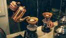 2. CAFE FACON ROASTER ATLIER(代官山)  豆から抜けるガスが膜を作り、蓋のような役割で香りや旨みを閉じこめている、理想のドリップの図  <焙煎士> 岡内賢治|OKAUCHI Kenji 1995年、「カフェ・コリーヌ・ド・レスト」に店長として勤務。2000年「カフェ・アンセーニュ・ダングル」自由が丘店にて修業。2002年、同原宿店店長に就任。2008年、オーナー兼焙煎師として独立。東京・中目黒に「CAFE FACON」を開業。2014年、代官山に「CAFE FACON ROASTER ATLIER」と「CAFE FACON COFFEE STAND」を同時オープン。 <焙煎機のある店> CAFE FACON ROASTER ATLIER 営業時間|10:00~19:00、土曜・日曜・祝日11:00~19:00 定休日|なし 住所|東京都渋谷区代官山町10-1 Tel. 03-6416-5858 http://cafe-facon.com/  <編集メモ> ・常時おいている珈琲豆20-30種類 ・珈琲豆の価格帯 640円~800円/100グラム ・店頭での試飲 可(無料)