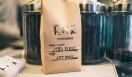 2. CAFE FACON ROASTER ATLIER(代官山)  ここ最近の傾向をうかがうと、個性的なキャラクターをもつコーヒー豆が人気だったり、ブレンドの面白さを知っている人も増えてきたという  <焙煎士> 岡内賢治|OKAUCHI Kenji 1995年、「カフェ・コリーヌ・ド・レスト」に店長として勤務。2000年「カフェ・アンセーニュ・ダングル」自由が丘店にて修業。2002年、同原宿店店長に就任。2008年、オーナー兼焙煎師として独立。東京・中目黒に「CAFE FACON」を開業。2014年、代官山に「CAFE FACON ROASTER ATLIER」と「CAFE FACON COFFEE STAND」を同時オープン。 <焙煎機のある店> CAFE FACON ROASTER ATLIER 営業時間|10:00~19:00、土曜・日曜・祝日11:00~19:00 定休日|なし 住所|東京都渋谷区代官山町10-1 Tel. 03-6416-5858 http://cafe-facon.com/  <編集メモ> ・常時おいている珈琲豆20-30種類 ・珈琲豆の価格帯 640円~800円/100グラム ・店頭での試飲 可(無料)
