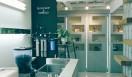 2. CAFE FACON ROASTER ATLIER(代官山)  2階にはエスプレッソバー、3階にはカフェスペースを設けている  <焙煎士> 岡内賢治|OKAUCHI Kenji 1995年、「カフェ・コリーヌ・ド・レスト」に店長として勤務。2000年「カフェ・アンセーニュ・ダングル」自由が丘店にて修業。2002年、同原宿店店長に就任。2008年、オーナー兼焙煎師として独立。東京・中目黒に「CAFE FACON」を開業。2014年、代官山に「CAFE FACON ROASTER ATLIER」と「CAFE FACON COFFEE STAND」を同時オープン。 <焙煎機のある店> CAFE FACON ROASTER ATLIER 営業時間|10:00~19:00、土曜・日曜・祝日11:00~19:00 定休日|なし 住所|東京都渋谷区代官山町10-1 Tel. 03-6416-5858 http://cafe-facon.com/  <編集メモ> ・常時おいている珈琲豆20-30種類 ・珈琲豆の価格帯 640円~800円/100グラム ・店頭での試飲 可(無料)