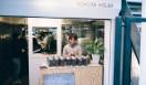 2. CAFE FACON ROASTER ATLIER(代官山)  店頭はコーヒースタンドとして、カップコーヒーの販売や豆の購入も   <焙煎士> 岡内賢治|OKAUCHI Kenji 1995年、「カフェ・コリーヌ・ド・レスト」に店長として勤務。2000年「カフェ・アンセーニュ・ダングル」自由が丘店にて修業。2002年、同原宿店店長に就任。2008年、オーナー兼焙煎師として独立。東京・中目黒に「CAFE FACON」を開業。2014年、代官山に「CAFE FACON ROASTER ATLIER」と「CAFE FACON COFFEE STAND」を同時オープン。 <焙煎機のある店> CAFE FACON ROASTER ATLIER 営業時間|10:00~19:00、土曜・日曜・祝日11:00~19:00 定休日|なし 住所|東京都渋谷区代官山町10-1 Tel. 03-6416-5858 http://cafe-facon.com/  <編集メモ> ・常時おいている珈琲豆20-30種類 ・珈琲豆の価格帯 640円~800円/100グラム ・店頭での試飲 可(無料)