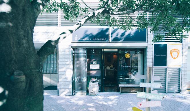 3. AMAMERIA ESPRESSO(武蔵小山)  コーヒー初心者から上級者まで、きちんと目線をあわせてコーヒーの面白さを教えてくれる、ロースタリーカフェの理想のカタチ「AMAMERIA ESPRESSO」  <焙煎士> 石井利明|ISHII Toshiaki 2004年、川崎競馬場内の「ESPRESSO BAR」、大井競馬場内の「MEISTER CAFE」でバリスタに。2007年「MEISTER CAFE」にてバリスタ兼ロースターに。2008年、SCAA認定カッピングジャッジ、CQI認定Qグレーダー取得。2010年、オーナー兼焙煎士として「AMAMERIA ESPRESSO」オープン。 <焙煎機のある店> AMAMERIA ESPRESSO 営業時間|平日 12:00~20:00、土曜・日曜・祝日 10:00~19:00 定休日|なし 住所|東京都品川区小山3-6-15パークホームズ武蔵小山1F Tel. 03-6426-9148 http://www.amameria.com/  <編集メモ> ・常時おいている珈琲豆12-14種類 ・珈琲豆の価格帯 620円~2500円/100グラム ・店内での試飲 可(有料 1杯390円より)