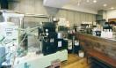 3. AMAMERIA ESPRESSO(武蔵小山)  ガラス張りの正面から差し込む光に調和するうぐいす色のロースターは、穏やかな口調の石井さんをはじめ、スタッフの方々のやわらかい雰囲気にピッタリとはまっている  <焙煎士> 石井利明|ISHII Toshiaki 2004年、川崎競馬場内の「ESPRESSO BAR」、大井競馬場内の「MEISTER CAFE」でバリスタに。2007年「MEISTER CAFE」にてバリスタ兼ロースターに。2008年、SCAA認定カッピングジャッジ、CQI認定Qグレーダー取得。2010年、オーナー兼焙煎士として「AMAMERIA ESPRESSO」オープン。 <焙煎機のある店> AMAMERIA ESPRESSO 営業時間|平日 12:00~20:00、土曜・日曜・祝日 10:00~19:00 定休日|なし 住所|東京都品川区小山3-6-15パークホームズ武蔵小山1F Tel. 03-6426-9148 http://www.amameria.com/  <編集メモ> ・常時おいている珈琲豆12-14種類 ・珈琲豆の価格帯 620円~2500円/100グラム ・店内での試飲 可(有料 1杯390円より)