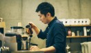 3. AMAMERIA ESPRESSO(武蔵小山)  お店ではコーノ式のプラスチックのドリッパーを採用する石井さん。「90度のお湯で抽出していますが、陶器のほうが冷めてしまいやすい」のだとか  <焙煎士> 石井利明|ISHII Toshiaki 2004年、川崎競馬場内の「ESPRESSO BAR」、大井競馬場内の「MEISTER CAFE」でバリスタに。2007年「MEISTER CAFE」にてバリスタ兼ロースターに。2008年、SCAA認定カッピングジャッジ、CQI認定Qグレーダー取得。2010年、オーナー兼焙煎士として「AMAMERIA ESPRESSO」オープン。 <焙煎機のある店> AMAMERIA ESPRESSO 営業時間|平日 12:00~20:00、土曜・日曜・祝日 10:00~19:00 定休日|なし 住所|東京都品川区小山3-6-15パークホームズ武蔵小山1F Tel. 03-6426-9148 http://www.amameria.com/  <編集メモ> ・常時おいている珈琲豆12-14種類 ・珈琲豆の価格帯 620円~2500円/100グラム ・店内での試飲 可(有料 1杯390円より)