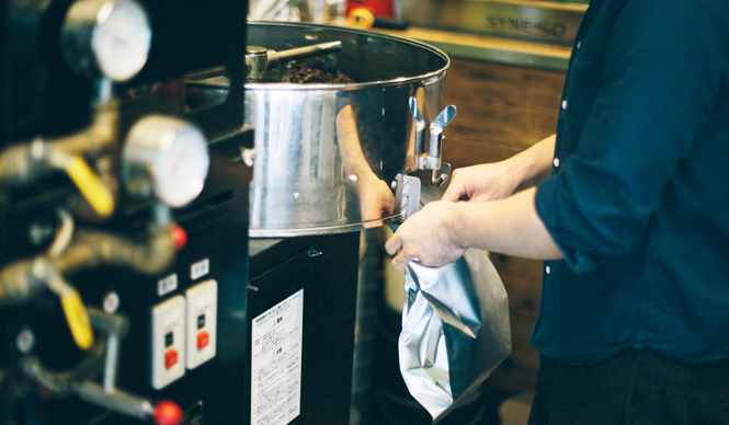 3. AMAMERIA ESPRESSO(武蔵小山)  扱う豆はすべてスペシャルティコーヒー  <焙煎士> 石井利明 ISHII Toshiaki 2004年、川崎競馬場内の「ESPRESSO BAR」、大井競馬場内の「MEISTER CAFE」でバリスタに。2007年「MEISTER CAFE」にてバリスタ兼ロースターに。2008年、SCAA認定カッピングジャッジ、CQI認定Qグレーダー取得。2010年、オーナー兼焙煎士として「AMAMERIA ESPRESSO」オープン。 <焙煎機のある店> AMAMERIA ESPRESSO 営業時間 平日 12:00~20:00、土曜・日曜・祝日 10:00~19:00 定休日 なし 住所 東京都品川区小山3-6-15パークホームズ武蔵小山1F Tel. 03-6426-9148 http://www.amameria.com/  <編集メモ> ・常時おいている珈琲豆12-14種類 ・珈琲豆の価格帯 620円~2500円/100グラム ・店内での試飲 可(有料 1杯390円より)