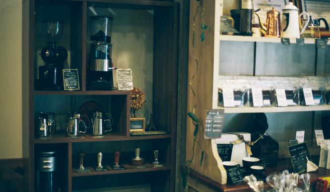 3. AMAMERIA ESPRESSO(武蔵小山)  入口脇には、石井さんがセレクトした、コーヒーに関するアイテムを販売。初級者向けから上級者向けまで、ひとつひとつ揃えていきたい   <焙煎士> 石井利明|ISHII Toshiaki 2004年、川崎競馬場内の「ESPRESSO BAR」、大井競馬場内の「MEISTER CAFE」でバリスタに。2007年「MEISTER CAFE」にてバリスタ兼ロースターに。2008年、SCAA認定カッピングジャッジ、CQI認定Qグレーダー取得。2010年、オーナー兼焙煎士として「AMAMERIA ESPRESSO」オープン。 <焙煎機のある店> AMAMERIA ESPRESSO 営業時間|平日 12:00~20:00、土曜・日曜・祝日 10:00~19:00 定休日|なし 住所|東京都品川区小山3-6-15パークホームズ武蔵小山1F Tel. 03-6426-9148 http://www.amameria.com/  <編集メモ> ・常時おいている珈琲豆12-14種類 ・珈琲豆の価格帯 620円~2500円/100グラム ・店内での試飲 可(有料 1杯390円より)