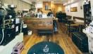 3. AMAMERIA ESPRESSO(武蔵小山)  開店して4年。誰もがふらっと入りやすい広い間口に、ホスピタリティ溢れるスタッフが迎えてくれる  <焙煎士> 石井利明|ISHII Toshiaki 2004年、川崎競馬場内の「ESPRESSO BAR」、大井競馬場内の「MEISTER CAFE」でバリスタに。2007年「MEISTER CAFE」にてバリスタ兼ロースターに。2008年、SCAA認定カッピングジャッジ、CQI認定Qグレーダー取得。2010年、オーナー兼焙煎士として「AMAMERIA ESPRESSO」オープン。 <焙煎機のある店> AMAMERIA ESPRESSO 営業時間|平日 12:00~20:00、土曜・日曜・祝日 10:00~19:00 定休日|なし 住所|東京都品川区小山3-6-15パークホームズ武蔵小山1F Tel. 03-6426-9148 http://www.amameria.com/  <編集メモ> ・常時おいている珈琲豆12-14種類 ・珈琲豆の価格帯 620円~2500円/100グラム ・店内での試飲 可(有料 1杯390円より)