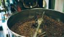 3. AMAMERIA ESPRESSO(武蔵小山)  焙煎は1日に15回くらいおこなっているという  <焙煎士> 石井利明|ISHII Toshiaki 2004年、川崎競馬場内の「ESPRESSO BAR」、大井競馬場内の「MEISTER CAFE」でバリスタに。2007年「MEISTER CAFE」にてバリスタ兼ロースターに。2008年、SCAA認定カッピングジャッジ、CQI認定Qグレーダー取得。2010年、オーナー兼焙煎士として「AMAMERIA ESPRESSO」オープン。 <焙煎機のある店> AMAMERIA ESPRESSO 営業時間|平日 12:00~20:00、土曜・日曜・祝日 10:00~19:00 定休日|なし 住所|東京都品川区小山3-6-15パークホームズ武蔵小山1F Tel. 03-6426-9148 http://www.amameria.com/  <編集メモ> ・常時おいている珈琲豆12-14種類 ・珈琲豆の価格帯 620円~2500円/100グラム ・店内での試飲 可(有料 1杯390円より)