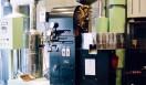 3. AMAMERIA ESPRESSO(武蔵小山)  国内でも2~3%のシェアという、希少な「ラッキーアイクレマス」の焙煎機を使用している  <焙煎士> 石井利明|ISHII Toshiaki 2004年、川崎競馬場内の「ESPRESSO BAR」、大井競馬場内の「MEISTER CAFE」でバリスタに。2007年「MEISTER CAFE」にてバリスタ兼ロースターに。2008年、SCAA認定カッピングジャッジ、CQI認定Qグレーダー取得。2010年、オーナー兼焙煎士として「AMAMERIA ESPRESSO」オープン。 <焙煎機のある店> AMAMERIA ESPRESSO 営業時間|平日 12:00~20:00、土曜・日曜・祝日 10:00~19:00 定休日|なし 住所|東京都品川区小山3-6-15パークホームズ武蔵小山1F Tel. 03-6426-9148 http://www.amameria.com/  <編集メモ> ・常時おいている珈琲豆12-14種類 ・珈琲豆の価格帯 620円~2500円/100グラム ・店内での試飲 可(有料 1杯390円より)