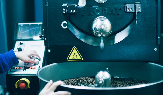 4. SWITCH COFFEE TOKYO(目黒)  大西さん自身が「一番美味しいと思ったのが、プロバットのモノだった」という、こだわりのロースター   <焙煎士> 大西正紘|ONISHI Masahiro 2010年、オーストラリアへ渡り、メルボルンの「The Premises」に勤務。2011年、福岡の「ハニー珈琲」に勤務。2013年、オーナー兼焙煎士として「SWITCH COFFEE TOKYO」をオープン。2009年、「第二回ブレンズコーヒーラテアート大会」優勝、翌年はニューヨークの「Coffeefest 全米ラテアート大会」に出場し第2位、さらにその翌年には、オーストラリア・ビクトリア州でおこなわれた「Pura Milk AASCA Latte Art Championship」で第2位入賞を果たした。 <焙煎機のある店> SWITCH COFFEE TOKYO 営業時間|10:00~19:00 定休日|不定 住所|東京都目黒区目黒1-17-23 Tel. 03-6420-3633 http://www.switchcoffeetokyo.com/  <編集メモ> ・常時おいている珈琲豆 6種類 ・珈琲豆の価格帯 1950円~2500円/250グラム ・店内での試飲 可(無料)