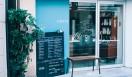 4. SWITCH COFFEE TOKYO(目黒)  ブルーを基調にしたファサード。夏場や気候の良い日には、トビラをオープンに   <焙煎士> 大西正紘|ONISHI Masahiro 2010年、オーストラリアへ渡り、メルボルンの「The Premises」に勤務。2011年、福岡の「ハニー珈琲」に勤務。2013年、オーナー兼焙煎士として「SWITCH COFFEE TOKYO」をオープン。2009年、「第二回ブレンズコーヒーラテアート大会」優勝、翌年はニューヨークの「Coffeefest 全米ラテアート大会」に出場し第2位、さらにその翌年には、オーストラリア・ビクトリア州でおこなわれた「Pura Milk AASCA Latte Art Championship」で第2位入賞を果たした。 <焙煎機のある店> SWITCH COFFEE TOKYO 営業時間|10:00~19:00 定休日|不定 住所|東京都目黒区目黒1-17-23 Tel. 03-6420-3633 http://www.switchcoffeetokyo.com/  <編集メモ> ・常時おいている珈琲豆 6種類 ・珈琲豆の価格帯 1950円~2500円/250グラム ・店内での試飲 可(無料)