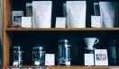 4. SWITCH COFFEE TOKYO(目黒)  お店に存在する器具や商品、陳列の仕方まで、ひとつひとつに対するこだわりを見れば、コーヒーへの情熱がすべてに行き届いているのを感じる。朴訥(ぼくとつ)とした口調で、美味しいコーヒーを丁寧に教えてくれる店。気兼ねなくコーヒーの世界に浸りたい人は、ぜひ一度訪れてほしい   <焙煎士> 大西正紘|ONISHI Masahiro 2010年、オーストラリアへ渡り、メルボルンの「The Premises」に勤務。2011年、福岡の「ハニー珈琲」に勤務。2013年、オーナー兼焙煎士として「SWITCH COFFEE TOKYO」をオープン。2009年、「第二回ブレンズコーヒーラテアート大会」優勝、翌年はニューヨークの「Coffeefest 全米ラテアート大会」に出場し第2位、さらにその翌年には、オーストラリア・ビクトリア州でおこなわれた「Pura Milk AASCA Latte Art Championship」で第2位入賞を果たした。 <焙煎機のある店> SWITCH COFFEE TOKYO 営業時間|10:00~19:00 定休日|不定 住所|東京都目黒区目黒1-17-23 Tel. 03-6420-3633 http://www.switchcoffeetokyo.com/  <編集メモ> ・常時おいている珈琲豆 6種類 ・珈琲豆の価格帯 1950円~2500円/250グラム ・店内での試飲 可(無料)